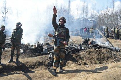 Soldados indios cerca a un avión derribado por el ejército de Pakistán enBudgam. (Tauseef MUSTAFA / AFP)