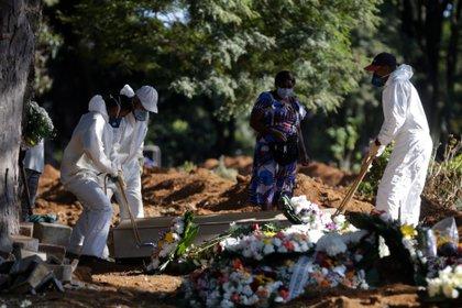 Empleados cargan el ataúd de una persona fallecida por COVID-19 en el cementerio de Vila Formosa en Sao Paulo (Brasil).  EFE / FERNANDO BIZERRA JR / Archivo