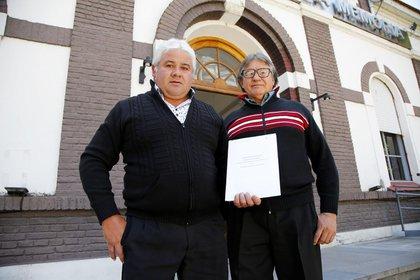 los hermanos del héroe: Julio Alberto y José Armando Cabrera con la notificación en el Archivo General de la Memoria
