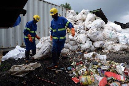 Los trabajadores arrastran sacos de desechos recolectados en el Everest para su reciclaje en Katmandú, Nepal, el miércoles. (Foto: Prakash Mathema / AFP)