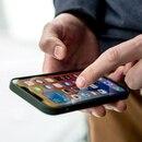 ILUSTRACIÓN - El iPhone 12 lleva incorporado un anillo magnético de 18 imanes individuales, más que los modelos anteriores. Foto: Zacharie Scheurer/dpa