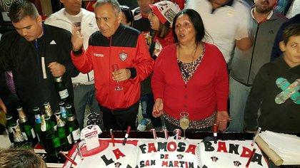 """La Dueña, en un festejo junto a su pareja Raúl Escalante, alias Muchinga, jefe histórico de la barra de Chacarita, de quien """"heredó"""" la jefatura."""