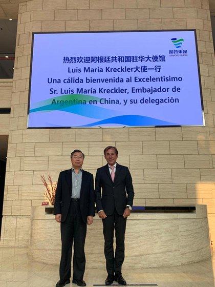 Luis Maria Kreckler con Liu Jingzhen, presidente de la compañía farmacéutica Sinopharm