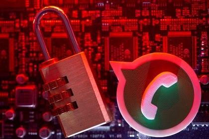 Mientras dure la cautelar, la CNDC investigará el uso que Facebook dará a los datos obtenidos de usuarios de WhatsApp (REUTERS/Dado Ruvic/Illustration/File Photo)