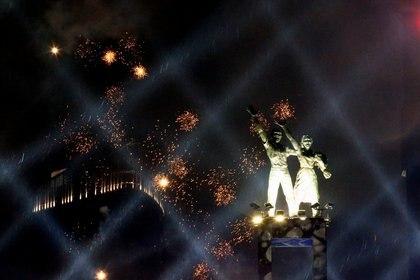 Fuegos artificiales explotan sobre el Monumento Selamat Datang durante las celebraciones de Año Nuevo en Yakarta, Indonesia (REUTERS/Ajeng Dinar Ulfiana)