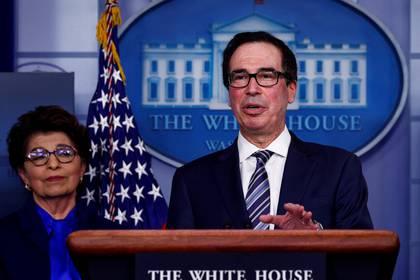 El secretario del Tesoro, Steven Mnuchin, analiza los detalles del plan de alivio económico durante la sesión informativa diaria de respuesta al coronavirus en la Casa Blanca (REUTERS/Tom Brenner/archivo)