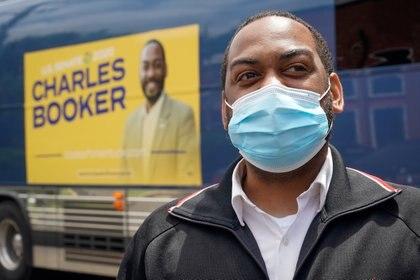 Charles Booker todavía esperaba el conteo de los votos de las zonas urbanas para intentar revertir los primeros resultados (Reuters)