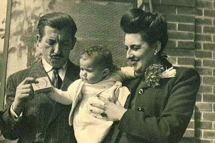 Eduardo Martínez Alonso, médico español que trabajaba como espía para el MI6, junto a su esposa y su hija Patricia (Foto archivo)