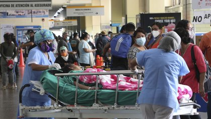 Nurses transport a patient amid the COVID-19 pandemic at the entrance of Alberto Sabogal Hospital in Callao, Peru, Monday, Jan 11, 2021. (AP Photo/Martin Mejia)