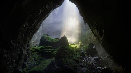 Solo se permite un puñado de turistas cada año, parte de una expedición de cinco días que incluye dos noches de campamento en Son Doong, que se aventuran en un paisaje diferente a cualquier otro lugar de la Tierra: un gigantesco mundo perdido escondido bajo tierra