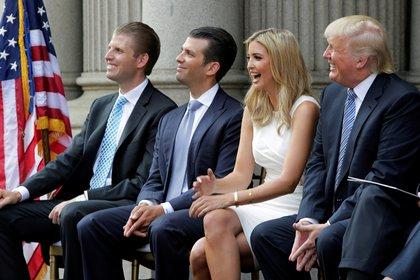 De izquierda a derecha: Eric Trump, Donald Trump Jr., Ivanka Trump y Donald Trump (REUTERS/Gary Cameron/archivo)