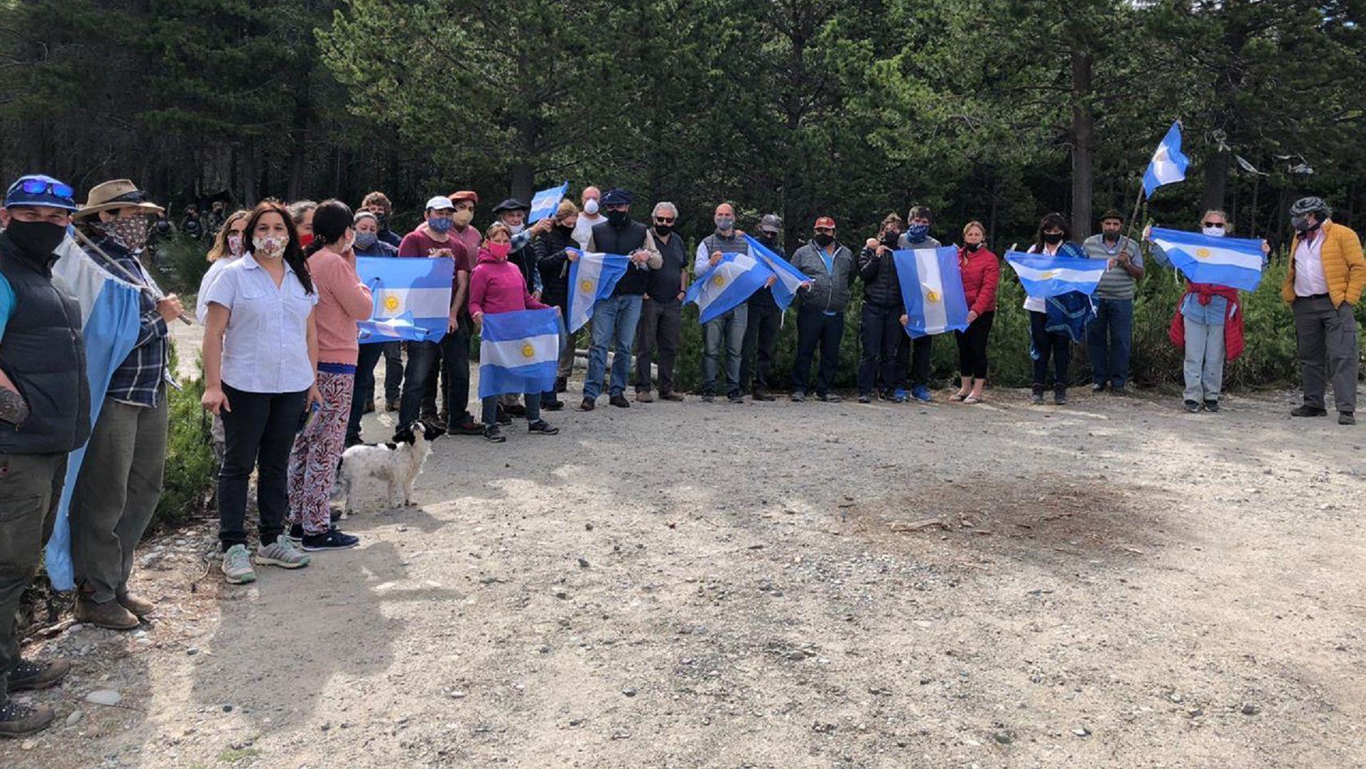 Este sábado se realizó una movilización en acompañamiento a la familia que está cautiva dentro de su campo en El Foyel