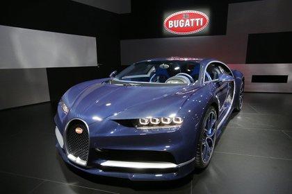 Bugatti exhibió en Ginebra un Chiron de producción real. Le solicitó a un cliente permiso para presentar su flamante modelo en el Palexpo suizo. El mejor auto, el más potente y el más rápido del mundo no podía faltar a la cita (REUTERS)