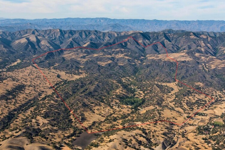 La finca privada de aproximadamente 2698 acres está ubicada a 8 kilómetros al norte de la ciudad de Los Olivos