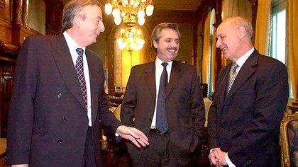 """Kirchner, Alberto Fernández y Lavagna, antes del canje 2005. Boudou hizo otro en 2010. Los bonos emitidos entonces no tendrán quita alguna. """"Tal vez les dio vergüenza hacerle quita a bonos que vienen de una quita"""", señaló un analista"""
