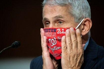 El doctor Anthony Fauci, el principal especialista en enfermedades infecciosas de Estados Unidos, ajusta su mascarilla durante una sesión de un panel del Senado sobre coronavirus, en Washington, en una imagen de archivo (Reuters)