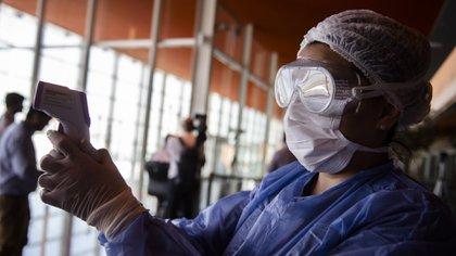 El el aeropuerto de Ezeiza, el Gobierno instaló tres cámaras termográficas para detectar la fiebre (Adrián Escandar)
