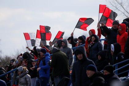 Fanáticos de Bielorrusia flamean las banderas con los colores de su equipo. Foto: REUTERS/Vasily Fedosenko