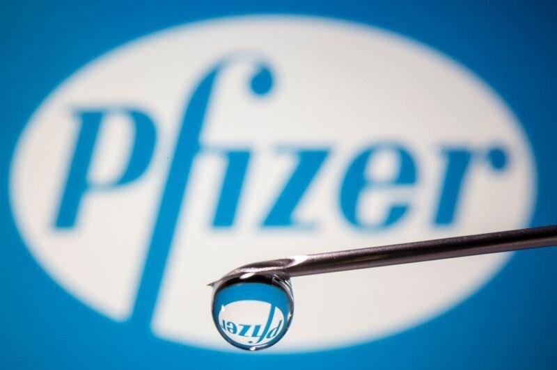 El logotipo de Pfizer reflejado en una gota en el extremo de la aguja de una jeringa médica en esta imagen de ilustración tomada el 9 de noviembre de 2020. REUTERS/Dado Ruvic