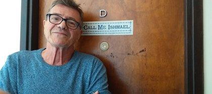 En la puerta de la casa de Guillermo Saccomanno aparece la frase inicial de Moby Dick.