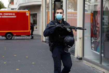 A security officer secures the area after a reported knife attack near Notre Dame church in Nice, France, October 29, 2020. REUTERS/Eric Gaillard