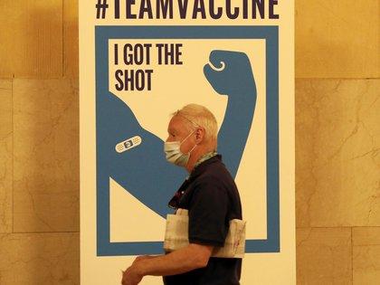 Un hombre asiste a un sitio de vacunación el 12 de mayo de 2021, en la estación Grand Central de Nueva York (EE.UU.). EFE/ Peter Foley