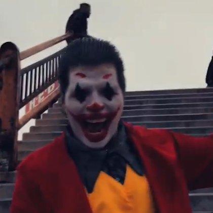 El reto consiste en duplicar la escena en la que el Joker baja por las escaleras convertido en un gran villano (Captura Video: Facebook Marco Rdz Mex)
