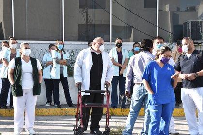 Médicos y trabajadores hospitalarios protestaron en el Hospital número 7 del Instituto Mexicano del Seguro Social (IMSS) en Monclova, luego de que se cobró la vida de un doctor del centro, a causa del Covid-19.(Foto:  EFE/Gustavo Rodríguez)