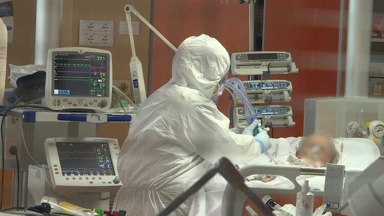 Respiradores y unidades de terapia intensiva que no alcanzan en ninguna ciudad del mundo frente a la pandemia (AFP)