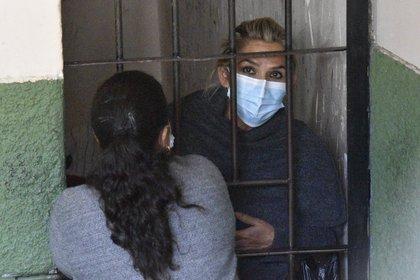 La expresidenta interina de Bolivia Jeanine Áñez se asoma desde las celdas de la Fuerza Especial de Lucha Contra el Crimen (Felcc), este sábado 13 de marzo de 2021, en La Paz (Bolivia). EFE/Stringer