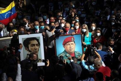 Diostato Cabello, el candidato electo del Partido Socialista Unido de Venezuela (PSUV), sostuvo una foto del fallecido presidente venezolano Hugo Chávez en Caracas, justo antes de la inauguración del nuevo mandato de la Asamblea Nacional venezolana. 5 de enero de 2021. REUTERS / Fausto Torrealba. No hay reventa ni archivo disponible.