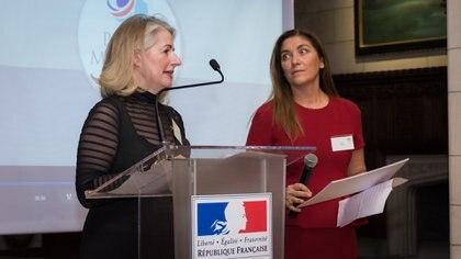 Eve Grynberg (integrante del Club Marianne) junto a Silvia Taurozzi, ambas coordinadoras del premio Marianne fueron quienes anunciaron la ganadora del concurso