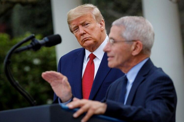 Donald Trump escucha la presentación del epidemiólogo Anthony Fauci en la Casa Blanca (Reuters)