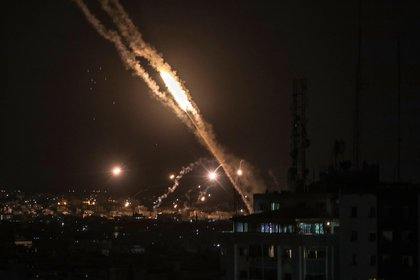 El Ejército israelí y las milicias palestinas en la Franja de Gaza mantuvieron hoy, por cuarto día consecutivo, la escalada bélica que ha causado ya 111 muertos. EFE/EPA/MOHAMMED SABER