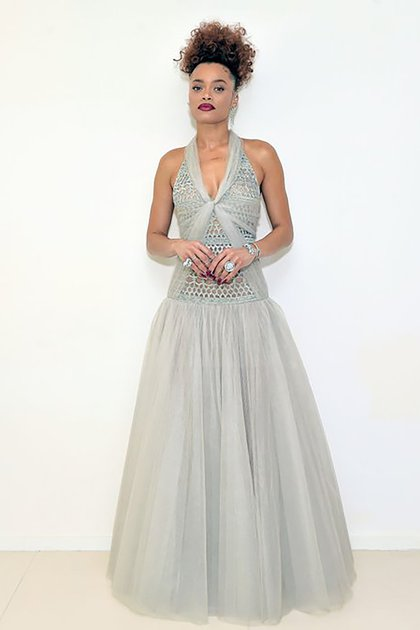 Andra Day lució un vestido con un gran escote V con falda de tul. Completó el estilismo con un maquillaje con labios bordó y cabello recogido alto (@goldenglobes)