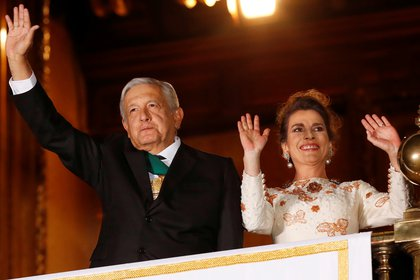 Mexico's President Andres Manuel Lopez Obrador and his wife Beatriz Gutierrez Muller wave as Mexico marks the 210th anniversary of its independence from Spain, at the National Palace in Mexico City, Mexico, September 15, 2020. REUTERS/Henry Romero