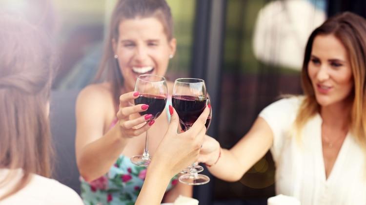 Lo que se sabía es que beber vino tinto con moderación es beneficioso para el aparato cardiovascular (Shutterstock)
