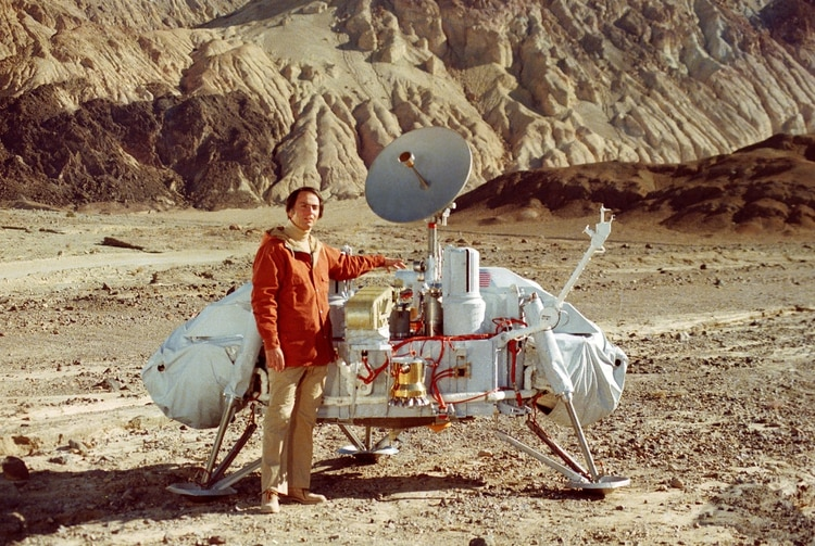 El astrónomo Carl Sagan posa en 1975 con una maqueta de la nave Viking 1 (NASA)