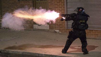 La policpia respondió con gases lacrimógenos (AP Photo/Ivan Valencia)