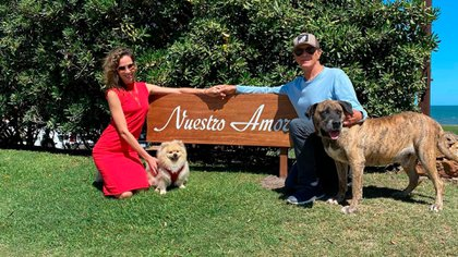 """Eduardo Costantini y su esposa Elina, en la casa de Punta Piedras, ahora  rebautizada como """"Nuestro Amor"""", junto a sus mascotas Gino y Feliz (Instagram)"""