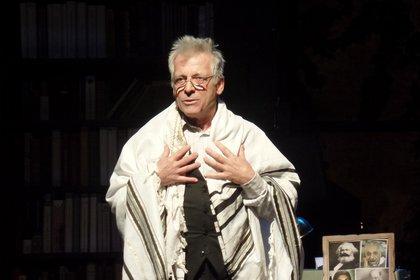 La obra plantea el dilema de ser judío en la actualidad y cuenta con la actuación de Gerardo Romano