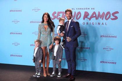 El defensa del Real Madrid Sergio Ramos y su esposa, Pilar Rubio, junto con sus hijos (EFE)