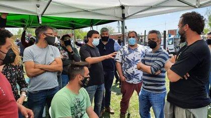 El ministro Andrés Larroque escucha las necesidades de los usurpadores de las 100 hectáreas de Guernica