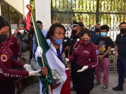 Un grupo reducido de manifestantes, familiares de víctimas de desaparición, intentó acceder este jueves por la fuerza al edificio capitalino de la Secretaría de Gobernación mexicana, donde mantienen un campamento para protestar por su situación. (Foto: EFE)