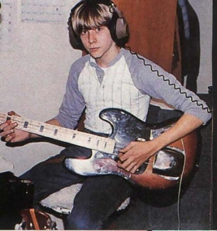 Cobain, en su infancia, con su guitarra eléctrica