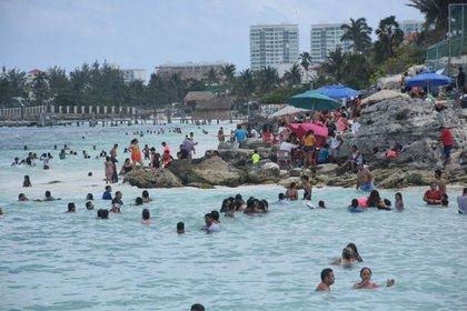 CANCÚN, QUINTANA ROO, 14MARZO2021.- Turistas nacionales y extranjeros atestaron la popular Playa Tortugas durante este fin de semana largo, muchas veces sin que se observen las medidas sanitarias como la sana distancia que se recomienda por la pandemia de Covid-19. FOTO: ELIZABETH RUIZ/CUARTOSCURO