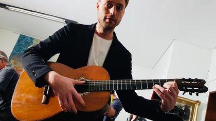 Benjamin Appl en Buenos Aires con la guitarra original de Carlos Gardel