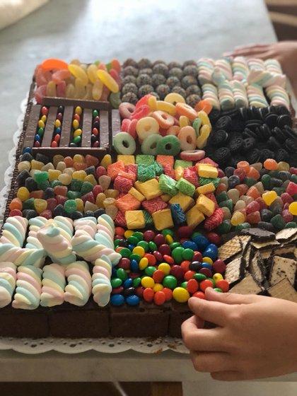 Chocogolosa, con golosinas de diferentes sabores, malvaviscos, confites, caramelos, trufas y galletitas, una de las tortas que Maru creó para el cumpleaños de uno de sus hijos (Maru Botana)