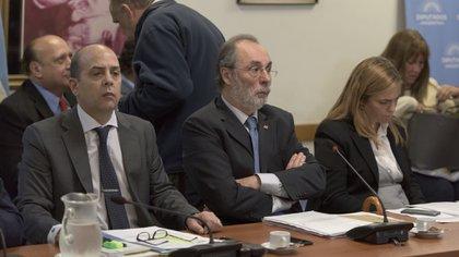 Pablo Tonelli (centro), el presidente de la Comisión