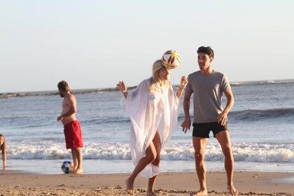Bajo la atenta mirada de su novio, la modelo cabecea una pelota (Fotos: GM Press)